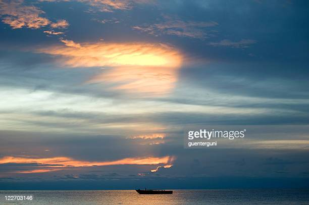 Afrikanischen Sonnenuntergang mit einem Boot auf dem Lake Tanganyika