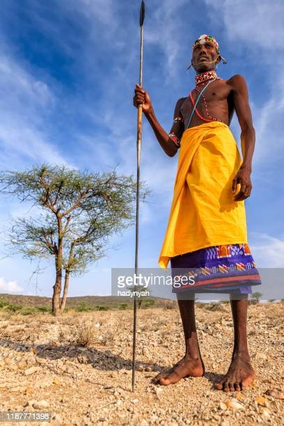 afrikanischer krieger aus samburu-stamm, zentralkenia, ostafrika - afrikanischer volksstamm stock-fotos und bilder