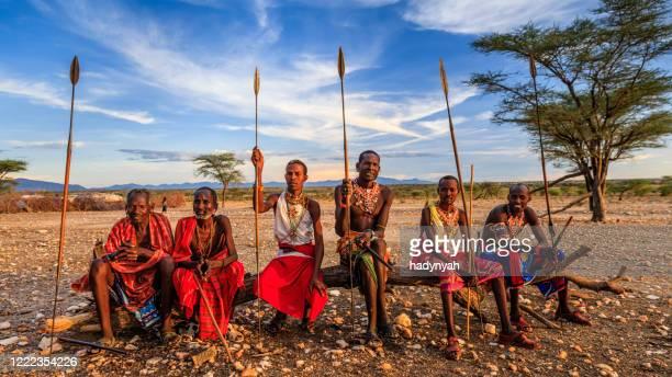 guerriers africains de la tribu samburu, du centre du kenya, de l'afrique de l'est - guerrier massai photos et images de collection