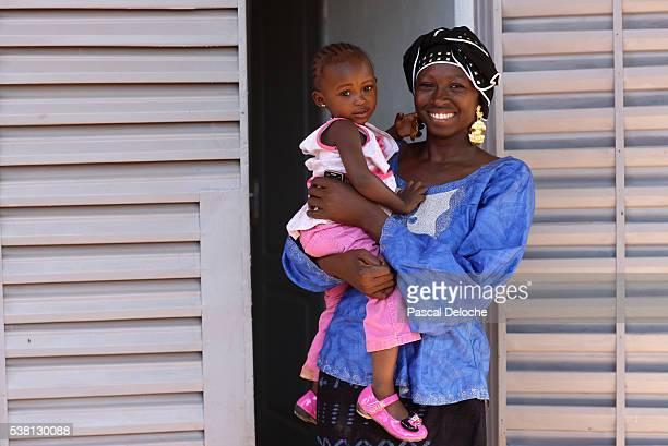 african woman and her daughter. - áfrica del oeste fotografías e imágenes de stock
