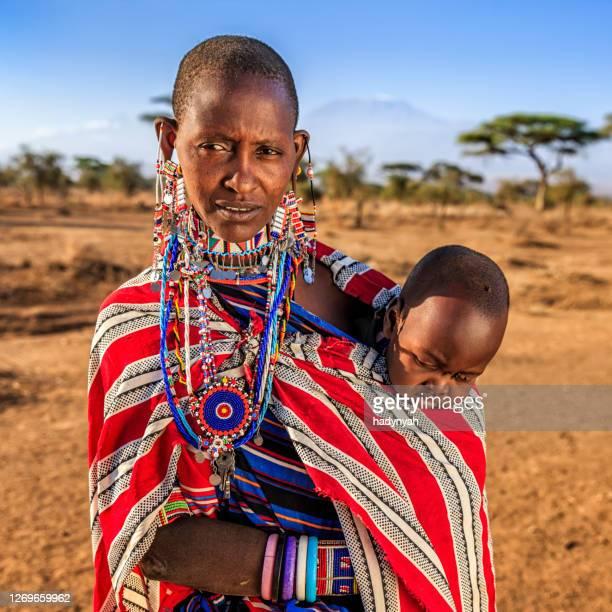 afrikaanse vrouw die haar baby, kenia, oost-afrika draagt - african tribal culture stockfoto's en -beelden