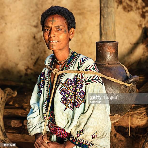 Afrikanische Frau tragen Wasser vom Fluss, Äthiopien, Afrika