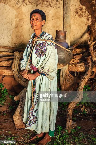 Femme africaine portant l'eau de la rivière, l'Éthiopie, Afrique