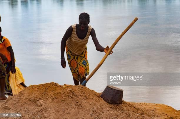 Sable sale de femme africaine creuser. Région du Niger