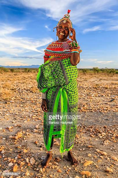 femme d'afrique de samburu tribu à l'aide de téléphone portable, kenya, afrique - masai photos et images de collection