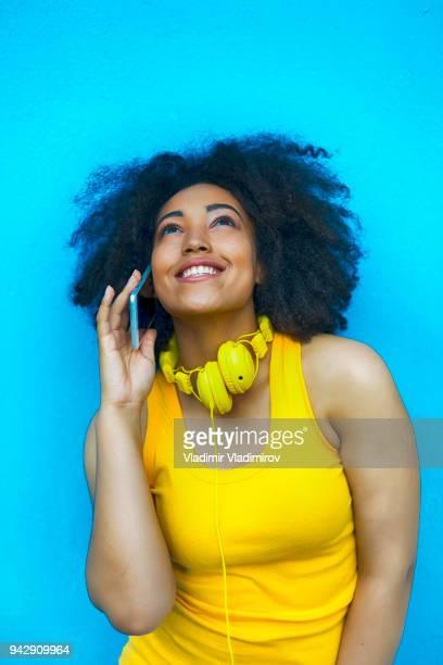 Femme africaine s'amuser et parler au téléphone