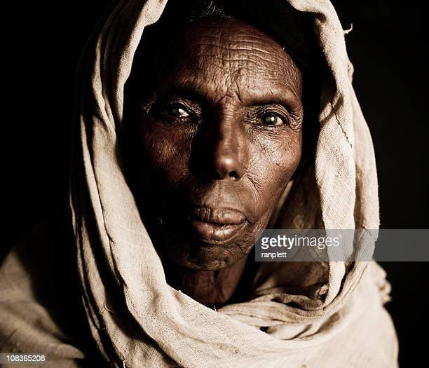 femme africaine dans un foulard-isolé sur fond noir - femme maigre photos et images de collection