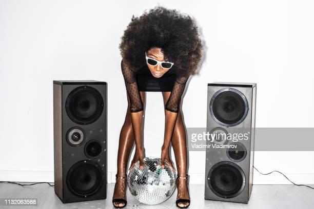 アフリカの女性で黒のドレス傾いフロント - funny black girl ストックフォトと画像