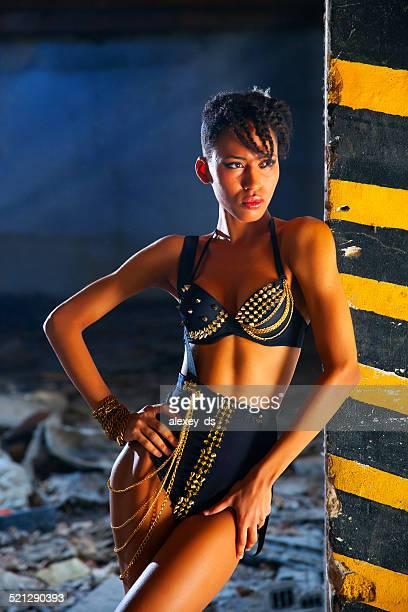 Afrikanische Frau in sexueller Kleidung stehen in der Nähe von Spalte