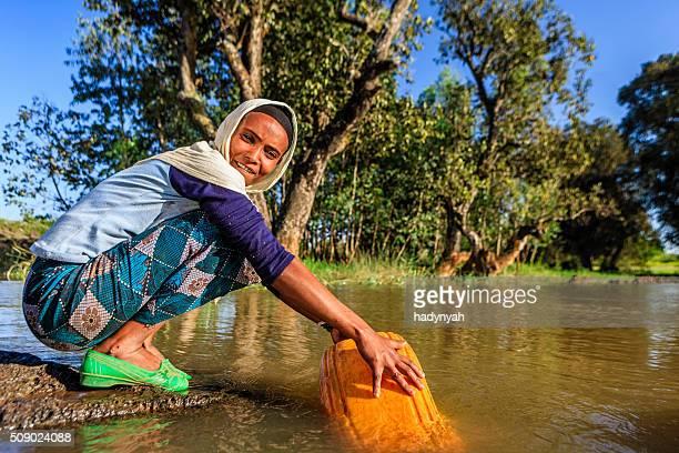 アフリカの女性の中から、川の水、エチオピア、アフリカ