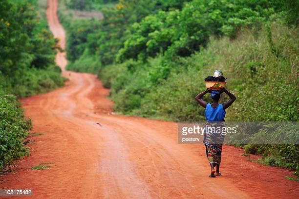 african woman on the road - afrika stockfoto's en -beelden