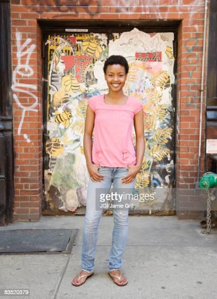 african woman standing near urban doorway - mãos no bolso - fotografias e filmes do acervo