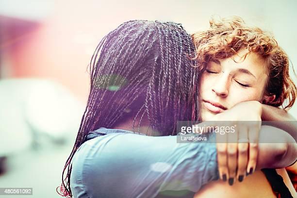 Afrikanische Frau, die Unterstützung Ihrer Freundin Kaukasier