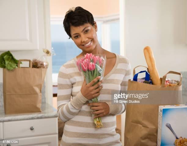 african woman unpacking groceries - imagenes gratis fotografías e imágenes de stock