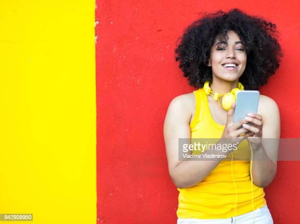 Femme africaine avec musique écoute téléphone intelligent