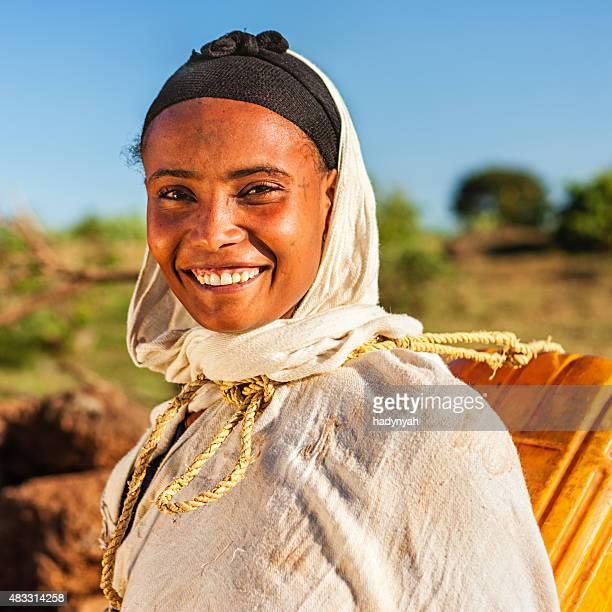 Jeune femme africaine portant l'eau de la rivière, l'Éthiopie, Afrique