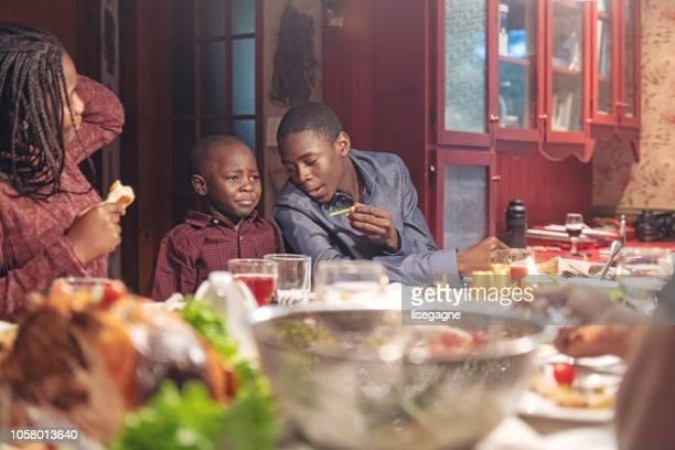 afro-americano durante o jantar de ação de graças - african american family dinner - fotografias e filmes do acervo