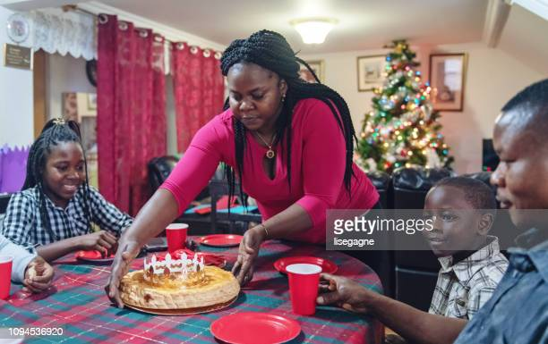 famille afro-américaine célébrant douzième nuit - galette des rois photos et images de collection