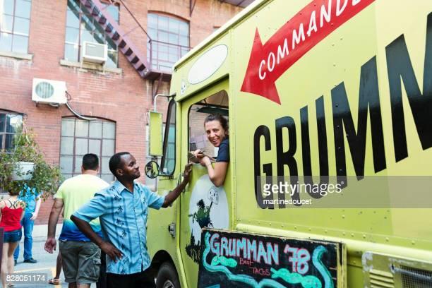 """アフリカ系アメリカ人男の街でフード トラックからランチを注文します。 - """"martine doucet"""" or martinedoucet ストックフォトと画像"""