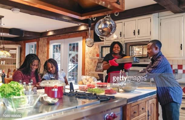 afro-amerikanska förbereder thanksgiving middag - cleaning after party bildbanksfoton och bilder