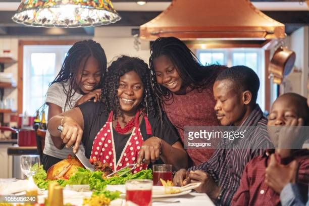 africano-americano preparando jantar de ação de graças - african american family dinner - fotografias e filmes do acervo