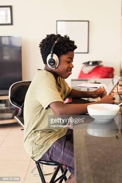 """africano-americano muchacho preadolescente con auriculares y tableta digital. - """"martine doucet"""" or martinedoucet fotografías e imágenes de stock"""