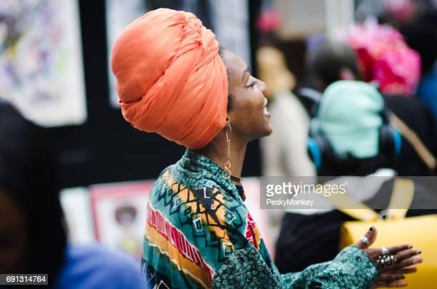 femme afro-américaine avec turban orange brooklyn, new york - foulard accessoire vestimentaire pour le cou photos et images de collection