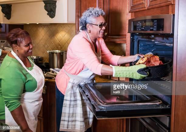 mulheres afro-americanas na cozinha para cozimento de presunto - african american family dinner - fotografias e filmes do acervo