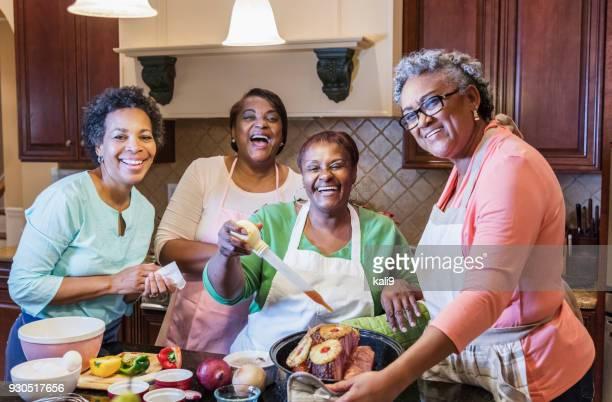 mulheres afro-americanas na cozinha a cozinhar - african american family dinner - fotografias e filmes do acervo