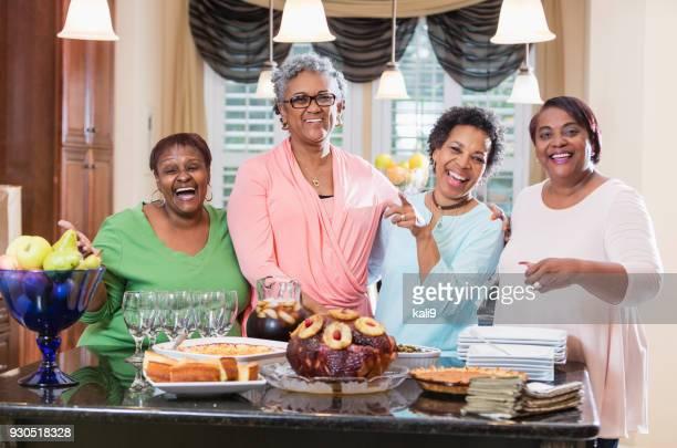 mulheres afro-americanas com comida caseira em casa - african american family dinner - fotografias e filmes do acervo