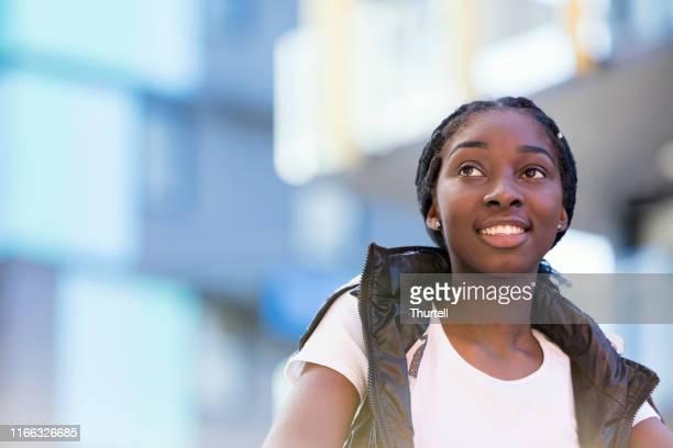 adolescente afro-australienne dans l'emplacement urbain coloré - jeune fille noire photos et images de collection