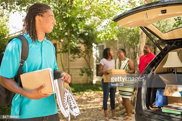 Afrikanische Herkunft junge bewegt sich an college. Zahlreiche Auto, Familie. Wie zu Hause fühlen.