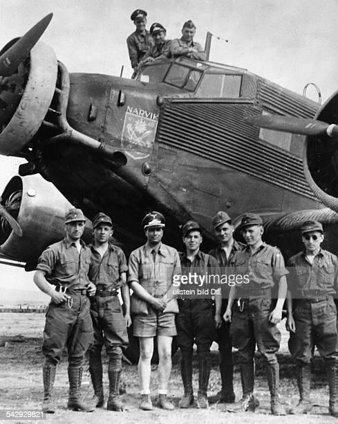 Afrikakorps / Afrikafeldzug Eine Ju52 auf einem Flugfeld in LibyenDie Besatzung und Soldaten des Afrikakorps beim Gruppenfoto die Transportmaschine...
