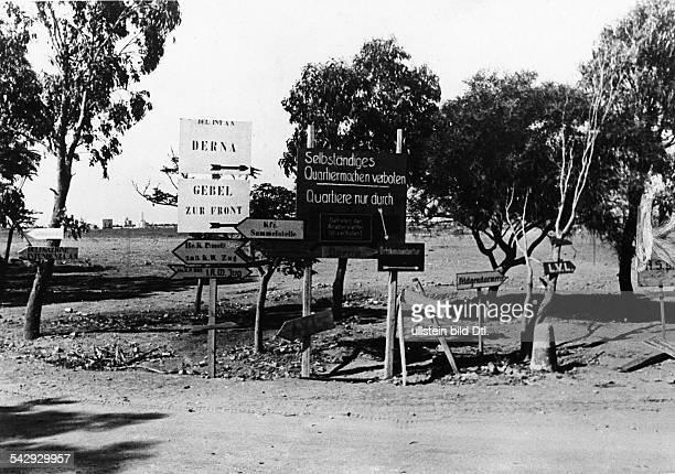 Afrikakorps Deutsche Truppen Hinweisschilder an einer Strasse unweit Derna in der CyrenaikaSommer 1942
