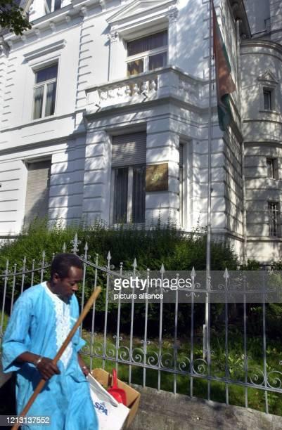 Afrikanische Diplomaten sitzen in Bonn fest Ein Angehöriger der Botschaft reinigt am 2482000 den Gehweg vor der Botschaft von Niger im Bonner...