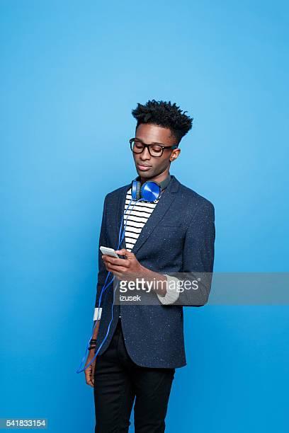 jeune afro-américaine en tenue à la mode à l'aide de smartphone - homme noir mannequin photos et images de collection