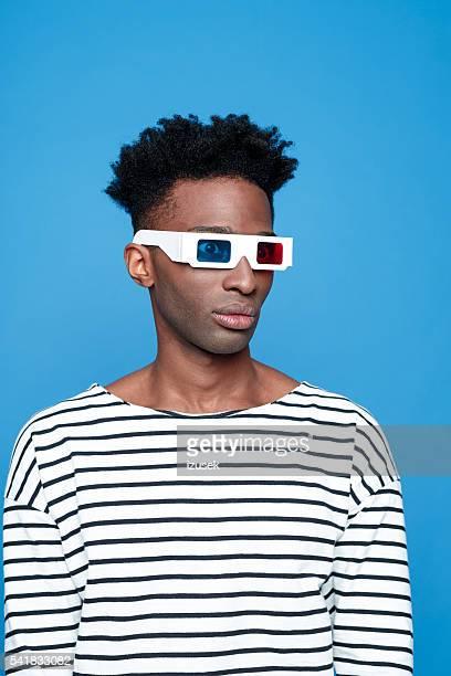 Afro américain homme portant Lunettes 3d
