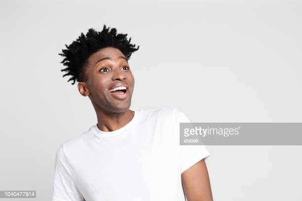 afro-amerikaanse man met verrast expressie - white background stockfoto's en -beelden