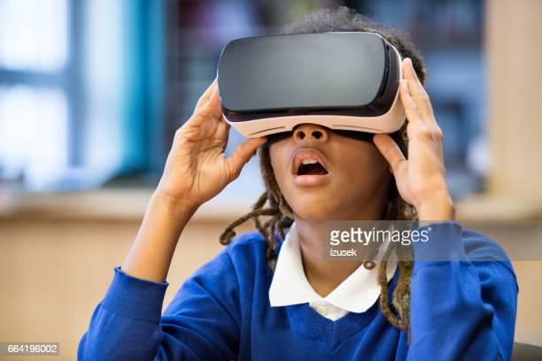 Afro americano estudiante utilizando anteojos de realidad virtual