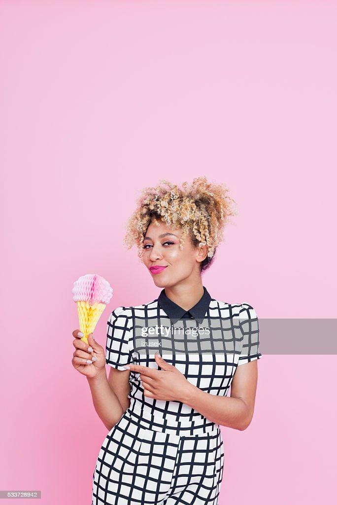 Giovane Afro-americana donna che tiene gelato decorazioni a nido d'ape : Foto stock