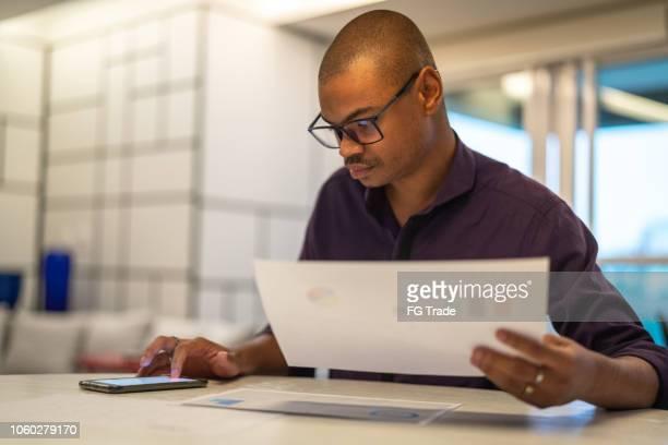 afro negócios planejando uma estratégia de negócios - finanças - fotografias e filmes do acervo