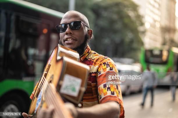 cantora de ascendência afro mostrando sua guitarra - rapper - fotografias e filmes do acervo