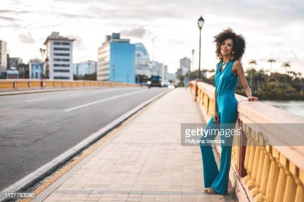 afro fashion model in the city - roupa de mulher imagens e fotografias de stock