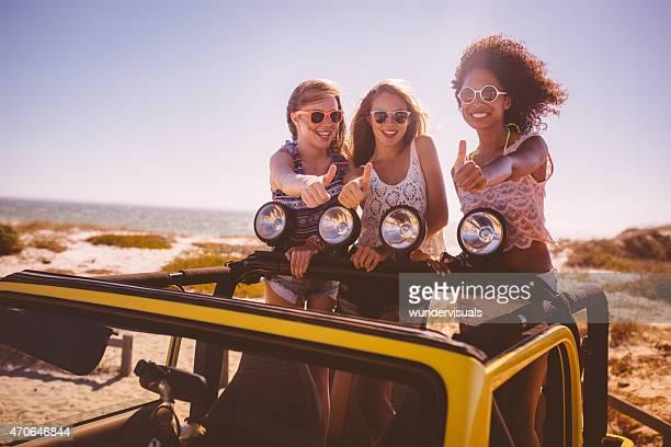 Afro femme et amis posant heureux sur road trip