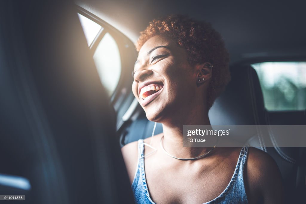 Garota Afro dentro de um carro : Foto de stock