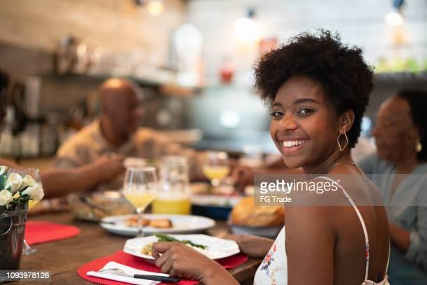 afro latino-hispânica família a comer em casa - jovem garota sorrindo olhando para a câmera - lunch - fotografias e filmes do acervo