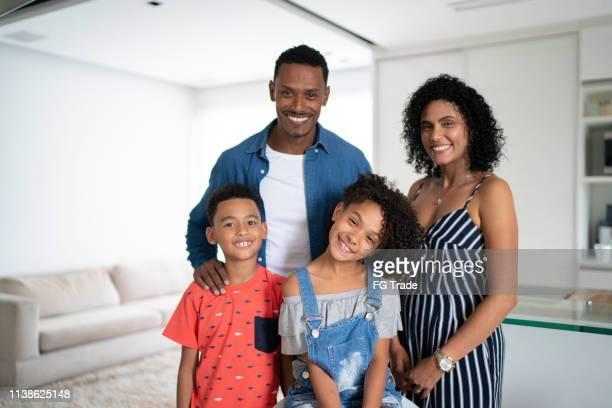 非洲拉丁家庭肖像在家裡 - 巴西文化 個照片及圖片檔
