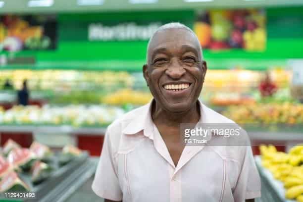 ritratto di uomo senior afro latinx al ritratto del supermercato - al centro foto e immagini stock