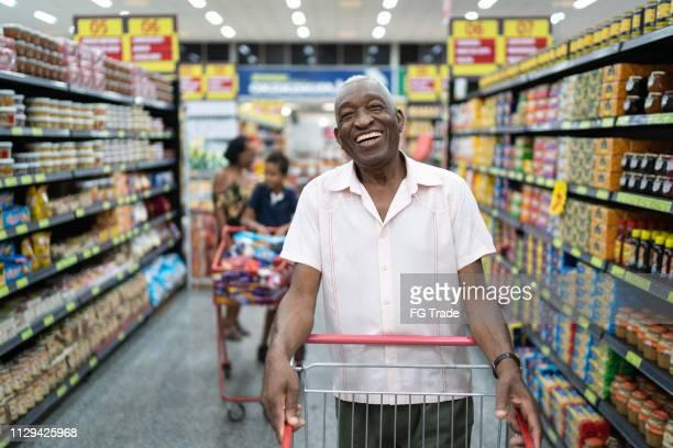 afro senior para o retrato de supermercado - consumismo - fotografias e filmes do acervo