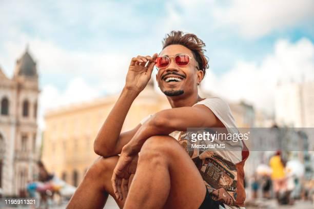 modelo afro do estilo da forma da rua - turismo urbano - fotografias e filmes do acervo